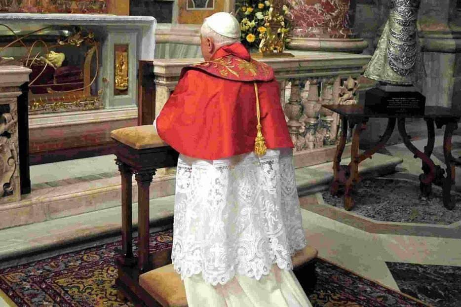 The Pope prays at the tomb of John XXIII.