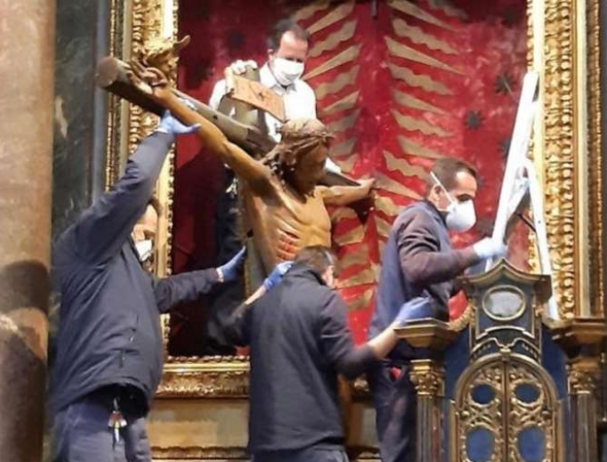 The miraculous crucifix being taken to Saint Peter's Square for Pope Francis' Urbi et Orbi blessing, March 26, 2020.