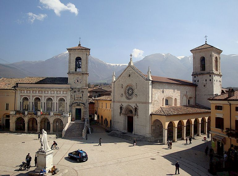 The basilica of St. Benedict and Norcia's town square, pre-2016.