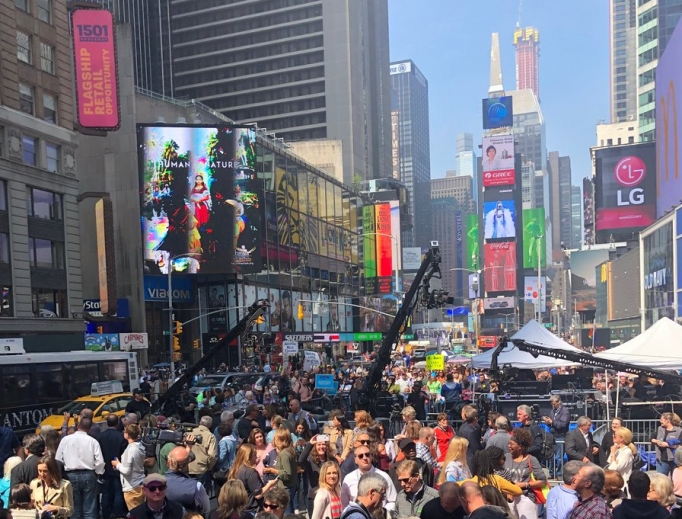 Thousands gather in Times Square for a LIVE 4-D ultrasound display.