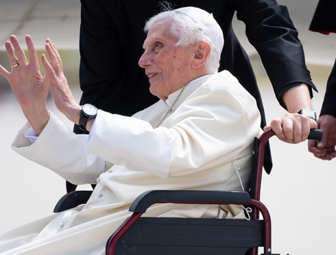 Pope emeritus Benedict XVI waves at the airport in Munich, southern Germany, before his departure on June 22, 2020.