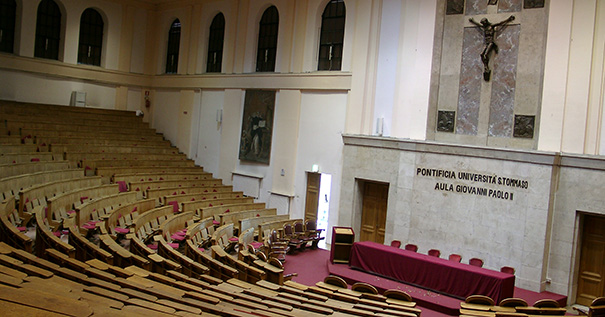 Main lecture hall of the Pontifical University of St. Thomas Aquinas - By Schtone [CC BY-SA 3.0 (http://creativecommons.org/licenses/by-sa/3.0) or GFDL (http://www.gnu.org/copyleft/fdl.html)]