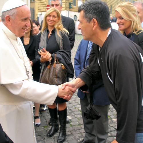 Ray McKenna and Linda Del Rio (r) meet Pope Francis.