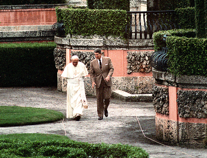 Pope John Paul II and U.S. President Ronald Reagan stroll through the gardens at Vizcaya Museum in Miami, Sept. 10, 1987.