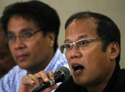 """Leading presidential candidate Senator Benigno """"Noynoy"""" Aquino (r) with running mate Senator and vice-presidential candidate Mar Roxas, answer questions during a news conference in Tarlac City, north of Manila May 14, 2010."""