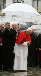 Benedict bows at Vienna's Holocaust memorial in Sept. 2007