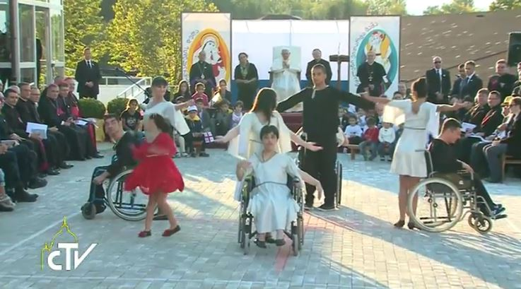 Youth perform special presentation for Pope Francis Oct. 1
