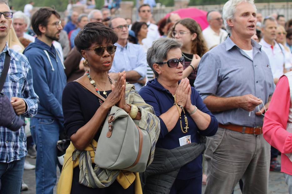 Lay faithful recite the Rosary at the 'Let's Pray for the Church!' prayer vigil near the Vatican, Oct. 5, 2019.