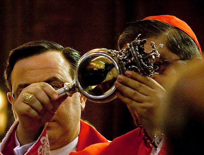 Cardinal Crescenzio displays the reliquary containing St. Januarius' blood in 2009