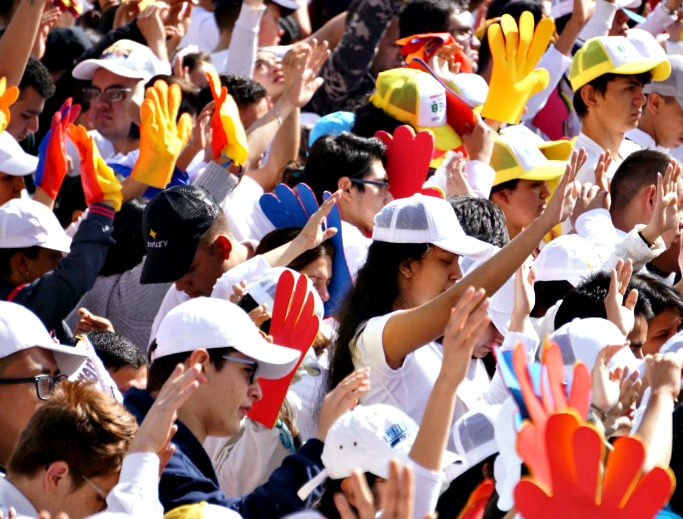Crowds great Pope Francis in Colombia.
