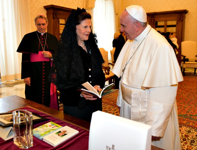 Pope Francis meets Sweden's Queen Silvia , Princess Madeleine and her husband Christopher O'Neill and Princess Leonore during an audience in the private library at the Vatican on April 27, 2015. The Holy Father will travel to Sweden later this month to solemnly mark the 500th anniversary of the Protestant Reformation.