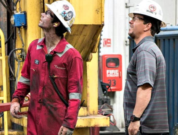 Mark Wahlberg (r) stars in 'Deepwater Horizon.'