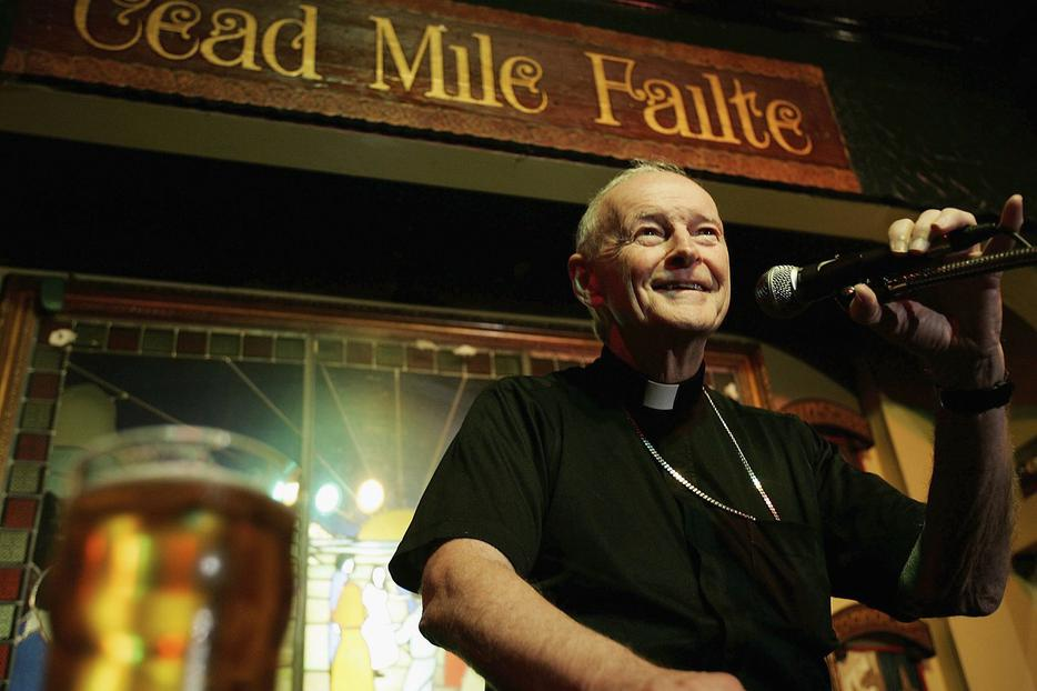 """Cardinal Theodore E. McCarrick, Archbishop of Washington, speaks on the importance of serving God and the others to audiences during the """"Theology on Tap"""" program at Ireland's Four Provinces Pub October 18, 2005 in Washington, DC."""