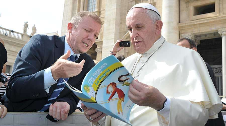 "Alejandro Prosdocimi, of the Argentine daily Clarin, converses with Pope Francis about the book ""With Francis by my Side"", of Scholas Occurrentes."
