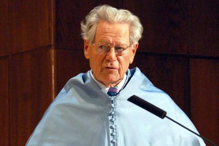 Father Hans Küng speaks at the Universidad Nacional de Educación a Distancia (UNED) in Madrid, Spain, on Jan. 27, 2011.