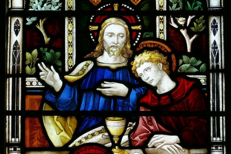 The Last Supper depicted in a stained-glass window.