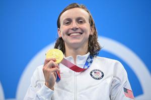 Gold medalist USA's Kathleen Ledecky poses with her medal after the final of the women's 800m freestyle swimming event during the Tokyo 2020 Olympic Games at the Tokyo Aquatics Centre in Tokyo on July 31, 2021.