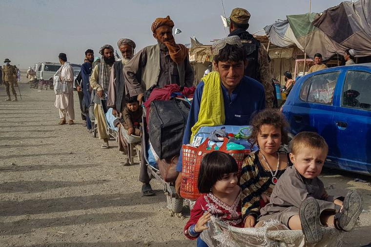 Afghan nationals queue up at the Pakistan-Afghanistan border-crossing point in Chaman on Aug. 17 to return back to Afghanistan.