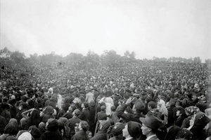 """Part of the near 100,000 people at Cova da Iria that witnessed the event known as """"The Miracle of the Sun"""" on October 13, 1917."""