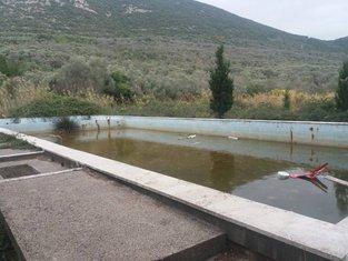 Uništeni bazen u nekadašnjem vojnom kompleksu