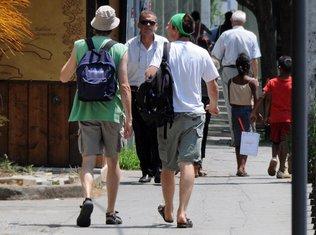 stranci, turisti