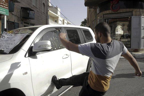 Palestinac, gađanje jajima