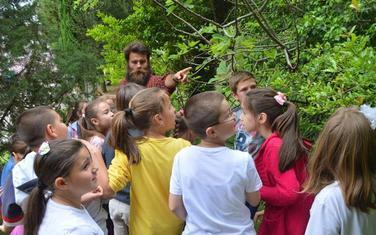 Novović u bašti sa đacima