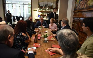 Đukanović tokom susreta s predstavnicima Crnogorske zajednice u Asunsionu