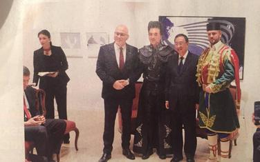 Guslar u crnogorskoj nošnji na otvaranju srpskog Kulturnog centra u Pekingu