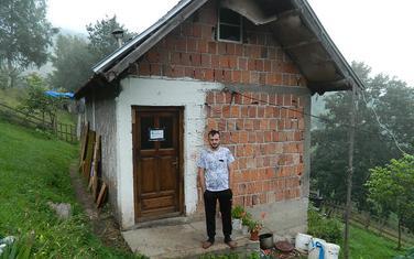Martinović ispred svog doma