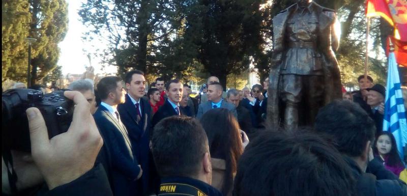 """Kod spomenika se okupio veliki broj građana da odaju poštu, kako kažu, """"najvećem sinu naših naroda""""."""