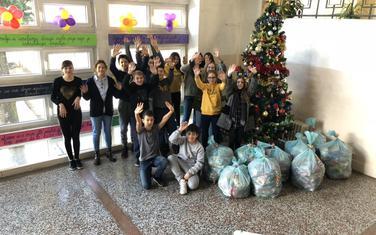 Učenici sa poklonima