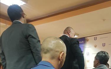 Đačić ne dozvoljava Bojoviću da dođe do govornice