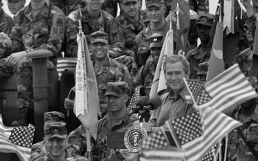 Džordž Buš u bazi Bondstil na Kosovu 2001.