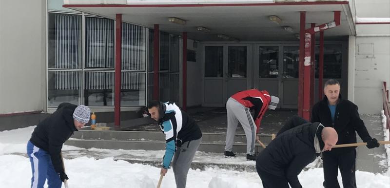 Zaposleni i studenti čistili snijeg ispred fakulteta u Nikšiću
