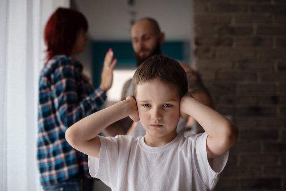 Kako se nositi s razvedenim roditeljima koji se druže