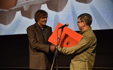 Sa otvaranja: Emir Kusturica uručuje nagradu Slavku Štimcu