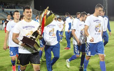 Vladan Giljen, kapiten Sutjeske, sa šampionskim peharom iz prošle sezone