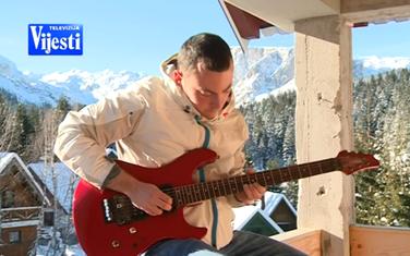 Miloš svira i gitaru