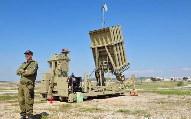 "Izraelski vojnik pored raketnog sistema ""Gvozdena kupola"" (Ilustracija)"