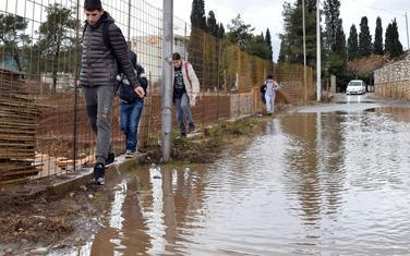 Đaci pokušavaju da dođu do škole u Donjoj Gorici