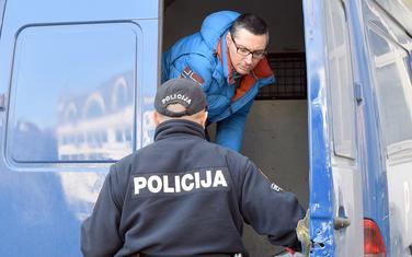 """Velibor Milošević izlazi iz policijske """"marice"""""""