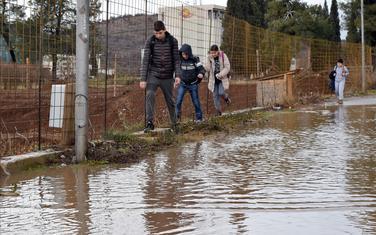 Đaci kroz jezero do škole: Prilaz školi