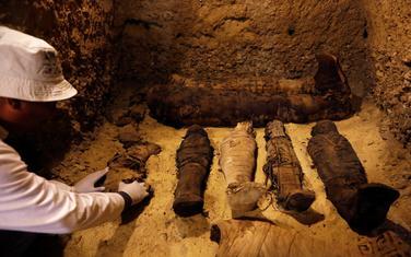 Arheolog pored pronađenih mumija