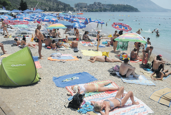 Plaža, turizam. letnja sezona, turisti
