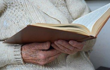 stara žena, čitanje, knjiga