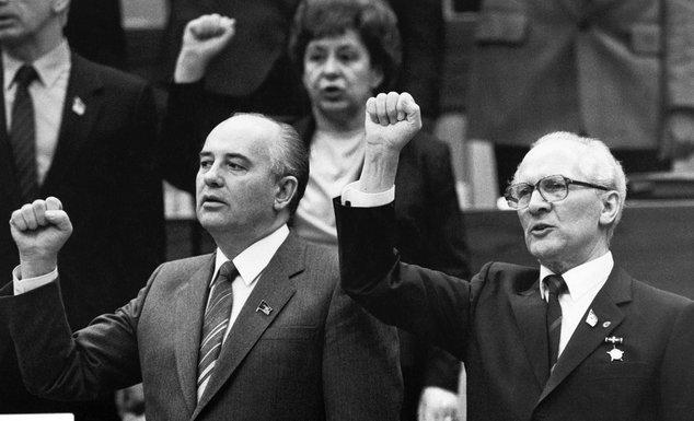 Mihail Gorbačov, Erih Honeker (Novine)
