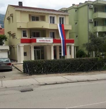 Srpska trobojka, kuća Mila Božovića, Budva