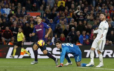 Luis Suares daje gol za Barsu na posljednjem meču protiv Reala