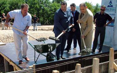 """Knežević i Simović sa tadašnjim gradonačelnikom Kolašima postavljaju temeljac za fabriku vode """"Lipovo"""" 2005."""